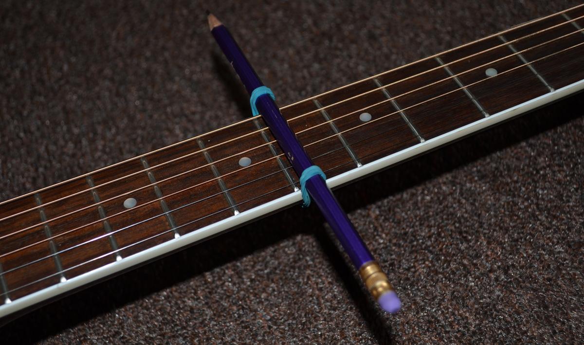 Закрепляем конструкцию на грифе гитары